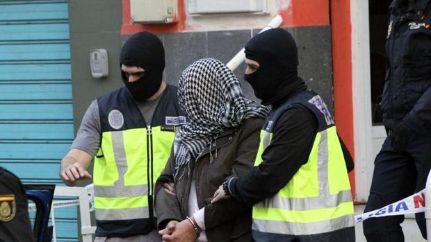 Imagen de archivo de la detención de un presunto yihadista en Ceuta el pasado año