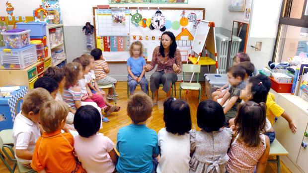 Profesora de Educación Infantil, en el primer día de clase con sus alumnos