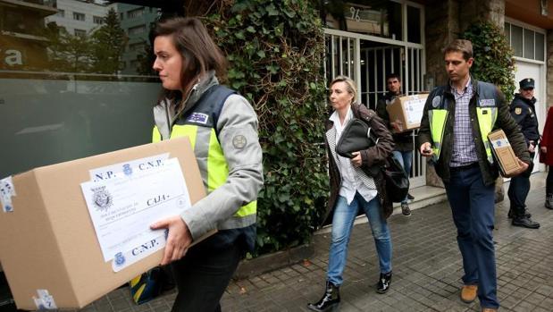 Investigadores policiales salen de la residencia de Jordi Pujol tras investigarla
