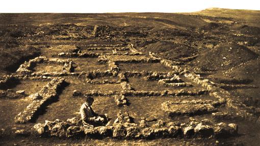 Adolf Schulten dibujando en 1906 la excavación del campamento de Peñarredonda, uno de los siete que participaron en el cerco romano