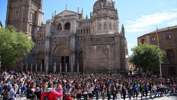 Cientos de jóvenes han participado en el flashmob en la plaza del Ayuntamiento