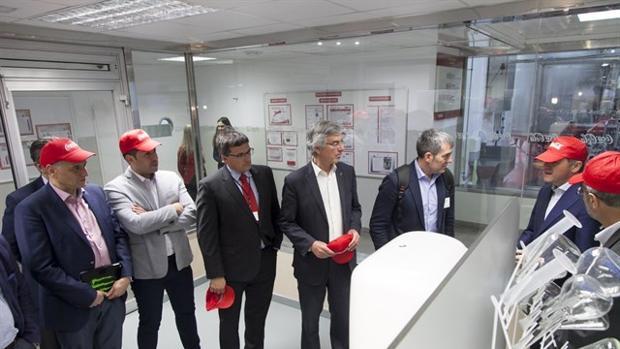 El presidente canario, Fernando Claviijo, de visita a Coca Cola en Tenerife