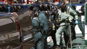 Efectivos de la unidad de buzos de la Guardia Civil trasladan uno de los cuerpos