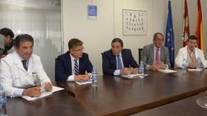 El consejero de Sanidad, Antonio Sáez, con miembros de la Comisión Quirúrgica del Hospital de Burgos