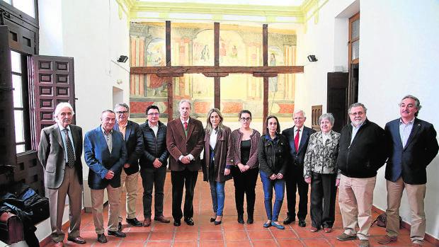 La alcaldesa Tolón y varios concejales con miembros de las asociaciones que se alojarán en el edificio