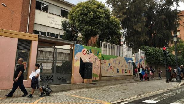 Escolares y padres a la salida de un colegio en Valencia