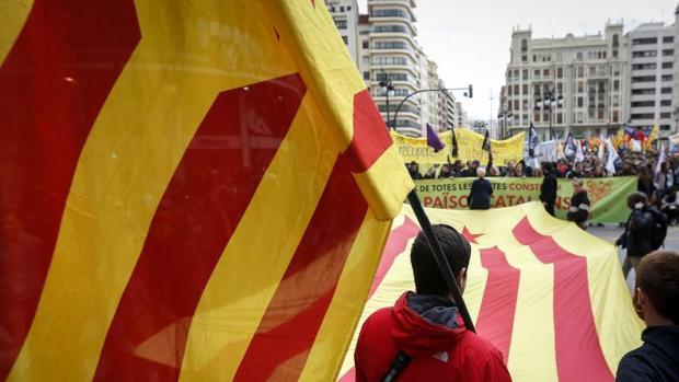 Banderas independentistas en la marcha de este sábado en València