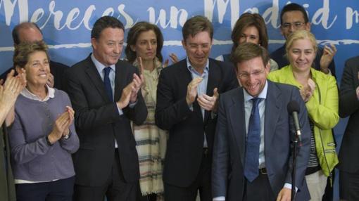 Los concejales del PP aplauden a su nuevo Portavoz, José Luis Martínez-Almeida