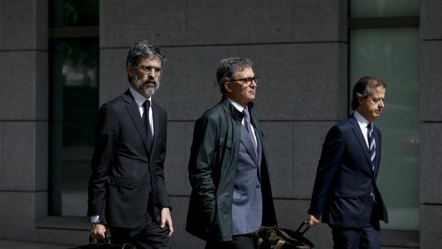 Jordi Pujol Ferrusola, en el centro, acompañado por sus abogados el día que entro en prisión