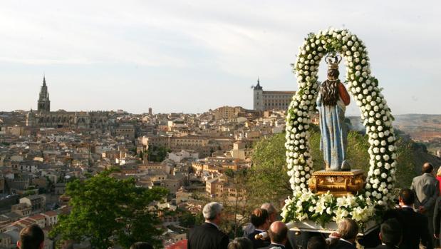 La talla de la Virgen del Valle en procesión, con Toledo al fondo