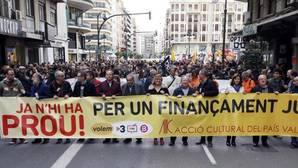Dirigentes políticos en la cabecera de la manifestación de este sábado en Valencia