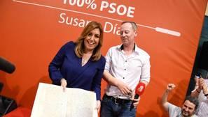 Susana Díaz enseña el facsímil del acta de matrimonio de los padres de Pablo Iglesias, en Orense