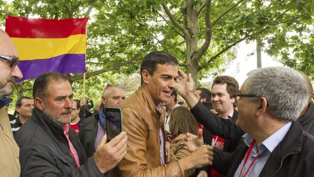 El candidato a las primarias del PSOE, Pedro Sánchez, en un acto en Mérida, ante una bandera de la II República.
