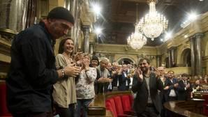 El diputado de JxSí Lluís Llach, aplaudido por su grupo tras las amenazas a los funcionarios catalanes