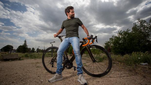 Sergio Monge junto a una de sus grandes pasiones, la bicicleta