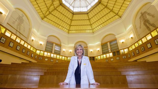 La doctora Verónica Casado en el anfiteatro López Prieto de la Facultad de Medicina de la UVA