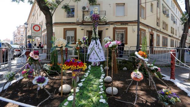 Imagen de una de las cruces instaladas en una calle de Valencia