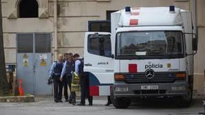Agentes de los Mossos, esta mañana en la Modelo preparando el traslado de presos