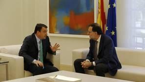 Aitor Esteban y Mariano Rajoy, en La Moncloa en el verano del año pasado