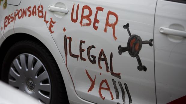 Un taxista luce una pintada contra Uber durante una protesta