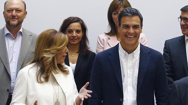 Pedro Sánchez junto a Susana Díaz en la «foto de familia» del ex secretario general con los barones en 2015