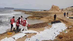 Recogida de cadáveres de refugiados en las costas de Al Zawiya, Libia, el pasado febrero