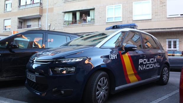Un coche de la Policía Nacional, frente al edificio en el que vivía la víctima