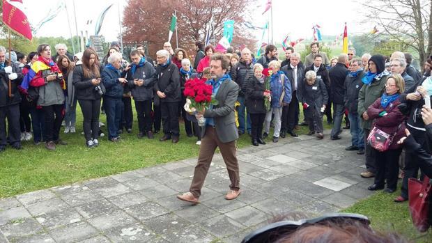 Mauricio Valiente entrega unas rosas rojas