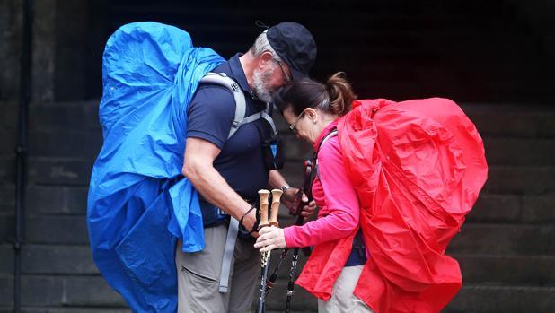 Dos peregrinos unen sus cabezas al llegar a la plaza del Obradoiro :: Albergues del Camino de Santiago