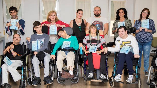 Entrega de las agendas por parte de Acciónate a la asociación APCA en sus instalaciones, en Sant Joan d'Alacant