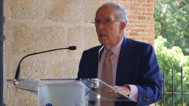 El político y diplomático Marcelino Oreja recibirá hoy de mano del Rey el premio Carlos V