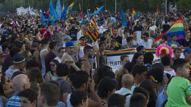 Una multitud de gente durante la fiestas del Orgullo Gay