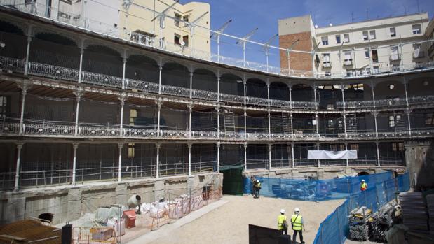 Obras en el interior del frontón Beti-Jai, en la calle del Marqués de Riscal, 7