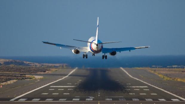 Un avión aterrizando en Canarias