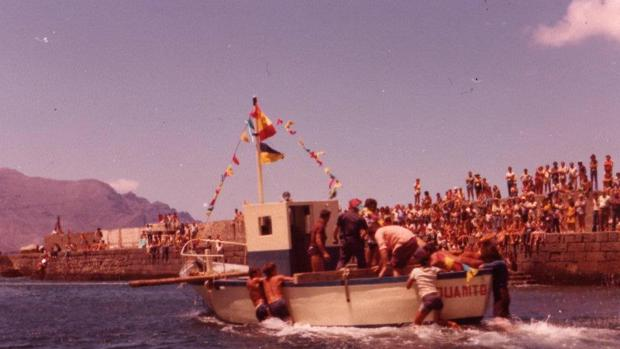 Botadura del barco de El Inglés en 1977 en Las Nieves, en Agaete
