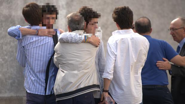 Las escenas de dolor se repitieron a lo largo de la tarde de ayer entre amigos de las víctimas