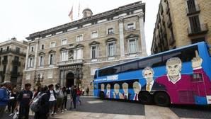 """El """"tramabús"""" no tenía permiso pero ha conseguido estar un momento ante el Palacio de la Generalitat"""