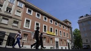 El Patio Maravillas desplegó una pancarta en el edificio okupado en la calle Gobernador, 39