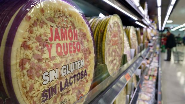 Imagen de la pizza de jamón y queso sin gluten ni lactosa en un lineal de Mercadona