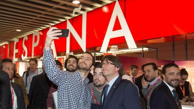 Puigdemont, haciéndose un selfi con dos jóvenes en el último congreso de móviles de Barcelona