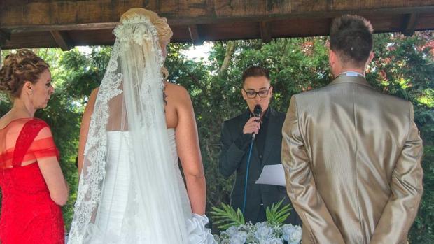 Kiko Hernández oficia una ceremonia en la finca Quinta Los Rosales