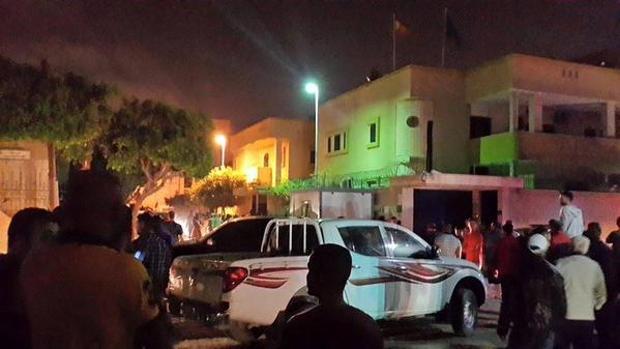 Imágenes del atentado con artefacto casero ante la embajada española en Trípoli en abril de 2015