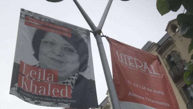 Banderolas municipales anunciando la conferencia de Khaled