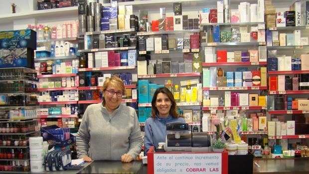 María (izq) y Ester,dos de las empleadas de estos almacenes
