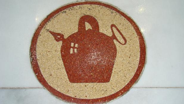 El azulejo con el dibujo del un botijo se conserva desde el origen del local
