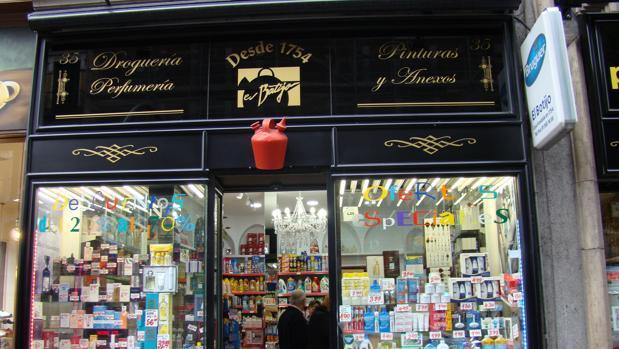 La tienda conserva en la fachada un antiguo botijo que da nombre al establecimiento