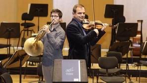 Nicolás Gómez Naval y Florian Vlashi posan para ABC con sus instrumentos