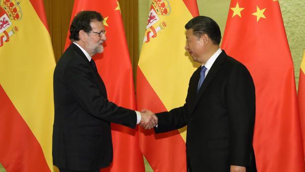 El presidente del Gobierno, Mariano Rajoy, y el presidente de China, Xi Jinping, en el Gran Palacio del Pueblo de Pekín