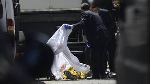 El cadáver del «Niño Sáez», ayer por la mañana, tendido sobre la calzada