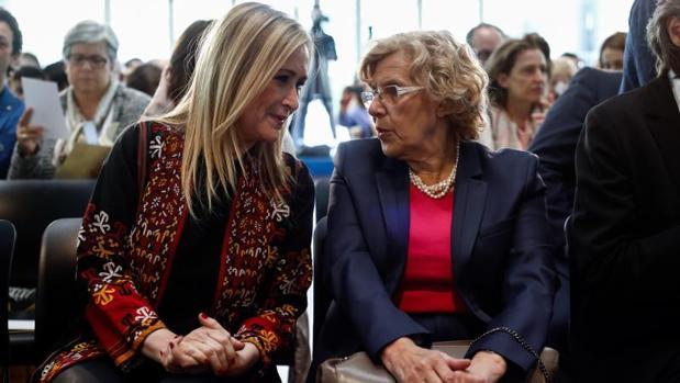 Carmena junto a Cifuentes, esta mañana en la entrega de medallas de Madrid